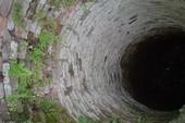Thi thể người phụ nữ khỏa thân dưới giếng hoang