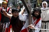Lễ hội đóng đinh đẫm máu ở Philippines