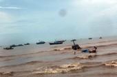Sóng lớn đánh chìm 6 tàu thuyền trên cửa biển La Gi