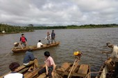 Lật thuyền trên hồ thủy điện, 1 gia đình mất tích