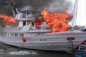 Chờ khách trên Vịnh Hạ Long, tàu đùng đùng bốc cháy