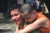 Hình ảnh đẹp: Công an cõng người tàn tật