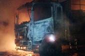 Xe tải bốc cháy ngùn ngụt trên đường