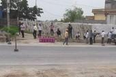 Dân mang bình gas ngăn cản giải phóng mặt bằng