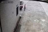 Nữ công nhân đi bộ trong công ty bị xe tải tông tử vong