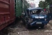 Xe tải hóa sắt vụn vì đậu sát đường ray
