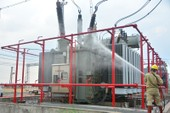 Cận cảnh công nhân phun nước vào máy biến áp điện
