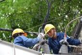 Giám sát công nhân sửa điện bằng thiết bị thông minh