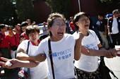 Dân làm lễ kỉ niệm 6 tháng MH370 mất tích, cảnh sát Trung Quốc 'dập tắt'