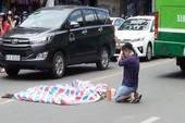 Clip: Hiện trường người phụ nữ ngã xe ôm bị xe buýt cán