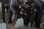 Đau đớn người cha Syria mất con và gia đình 25 người