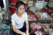 Clip: Cảnh người bán thịt heo bị đổ chất thải lên thịt
