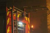 Clip: Cảnh sát dập đám cháy ở tiệm sửa xe