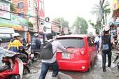 Clip: Người dân bì bõm lội mưa lớn về nhà