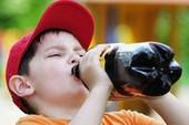 Không phải cứ trời nóng cho trẻ uống nhiều nước là đúng