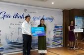 Tặng sách để giữ gìn văn hóa Việt tại xứ Đài