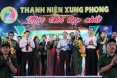 Nguyên Bí thư Thành ủy Lê Thanh Hải cùng hát với thanh niên xung phong