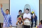 Sinh viên học văn hóa cổ truyền bằng bình bông, đôi đũa