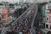 Xe cộ kẹt cứng hàng tiếng đồng hồ trên cầu Chánh Hưng