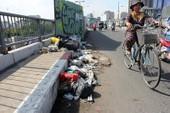 Đống rác vô chủ nằm chình ình giữa cầu