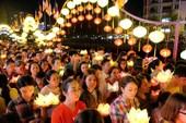 Đông nghẹt người thả hoa đăng xuống kênh Nhiêu Lộc