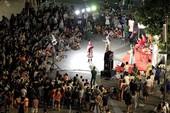 Hào hứng xem diễn chặp cải lương trên phố Nguyễn Huệ