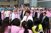 Thủ tướng Canada rạng rỡ trong vòng vây của sinh viên