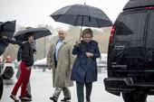 Văn phòng bà Clinton sơ tán khẩn vì chất bột trắng