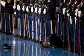 Lính Mỹ ngất xỉu trong lễ chia tay Tổng thống Obama