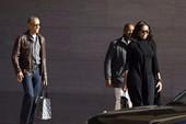 Vợ chồng Obama tươi cười cùng nhau trên phố
