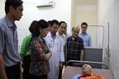 Bộ trưởng Bộ Y tế thăm bác sĩ bị hành hung vỡ đầu