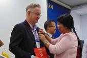 2 bác sĩ Úc vinh dự nhận huy hiệu TP.HCM