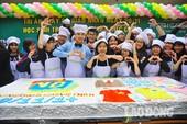 Clip học trò Hà Nội làm bánh kem khổng lồ tri ân thầy cô