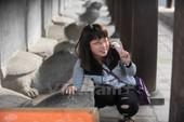 Bất chấp bảo vệ, thi nhau trèo rào sờ đầu rùa ở Văn Miếu