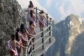 Màn catwalk ở độ cao 2.000m của thí sinh hoa hậu bikini