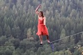 Clip cô gái đi giày cao gót trên dây vượt qua vách núi