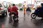 Clip: CSGT đội mưa tầm tã, điều tiết giao thông