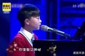 Cậu bé 11 tuổi vừa đàn vừa hát khiến khán giả ngỡ ngàng