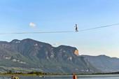 3 người đi trên dây băng qua hồ dài gần cả cây số