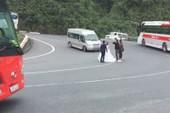 Cô dâu chú rể 'liều mạng' chụp hình cưới giữa đường đèo