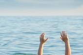 Thi thể 1 học sinh dạt vào bờ biển
