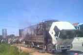 Xe tải đang chạy trên quốc lộ  bốc cháy