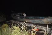 Chở gỗ lậu bị cảnh sát truy đuổi, nhảy sông trốn thoát