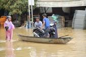 Kiếm tiền triệu nhờ chở người qua vùng ngập lũ