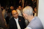 Thủ tướng thăm và tặng quà cho người dân vùng lũ Hội An