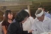 Phó chủ tịch nước thăm, tặng quà đồng bào vùng lũ