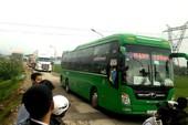 Dân kéo ra đường phản đối ô tô làm hư QL ở Quảng Nam