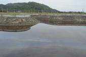 Chở nhớt cặn đổ trộm ra hồ nước ở Bà Rịa-Vũng Tàu