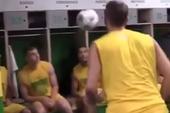 Clip tưng bóng bằng đầu cùng đồng đội