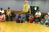 Clip: Chàng trai khuyết tật biểu diễn nhảy điêu luyện